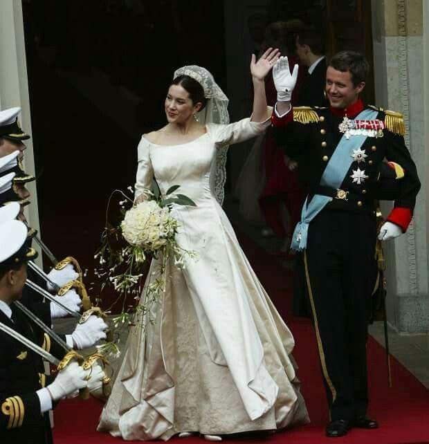 Chiêm ngưỡng lại những chiếc vương miện tinh xảo nhất trong lịch sử đám cưới Hoàng gia trước ngày hôn lễ của Hoàng tử Harry - Ảnh 10.