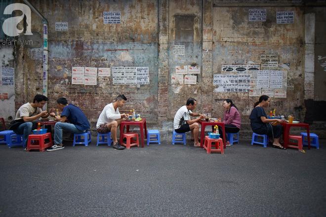 Tiệm bánh mì chảo nức tiếng có tuổi đời hơn 60 năm - nơi nhấm nháp một bữa sáng nhàn tản đậm chất người Sài Gòn - Ảnh 3.