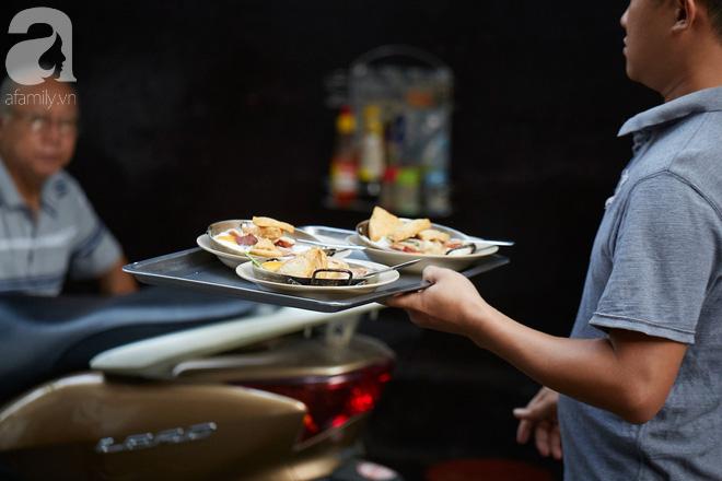 Tiệm bánh mì chảo nức tiếng có tuổi đời hơn 60 năm - nơi nhấm nháp một bữa sáng nhàn tản đậm chất người Sài Gòn - Ảnh 4.