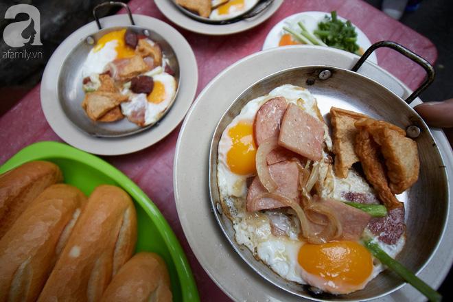 Tiệm bánh mì chảo nức tiếng có tuổi đời hơn 60 năm - nơi nhấm nháp một bữa sáng nhàn tản đậm chất người Sài Gòn - Ảnh 2.
