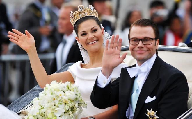 Chiêm ngưỡng lại những chiếc vương miện tinh xảo nhất trong lịch sử đám cưới Hoàng gia trước ngày hôn lễ của Hoàng tử Harry - Ảnh 12.