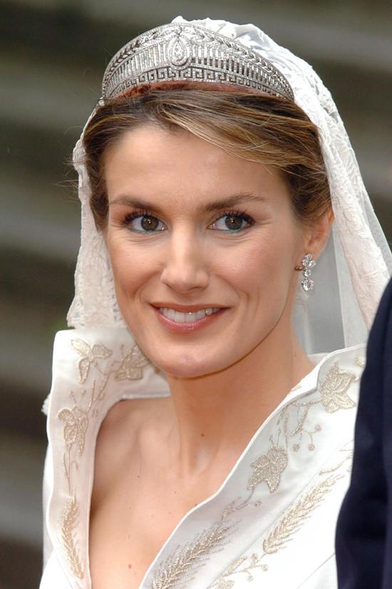 Chiêm ngưỡng lại những chiếc vương miện tinh xảo nhất trong lịch sử đám cưới Hoàng gia trước ngày hôn lễ của Hoàng tử Harry - Ảnh 8.