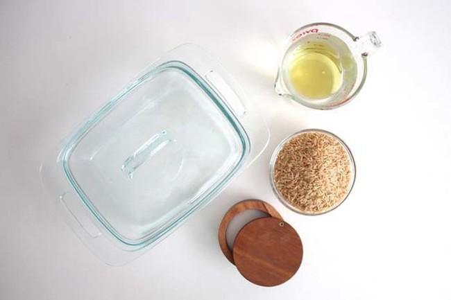 Không ai tin cơm có thể nấu bằng hộp thủy tinh cho đến khi bát cơm tơi xốp được dọn lên bàn - Ảnh 1.