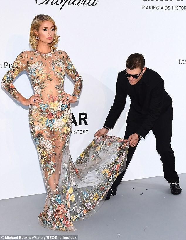 Paris Hilton khiến nhiều người ghen tị khi được hôn phu cúi mình chỉnh váy trên thảm đỏ - ảnh 2