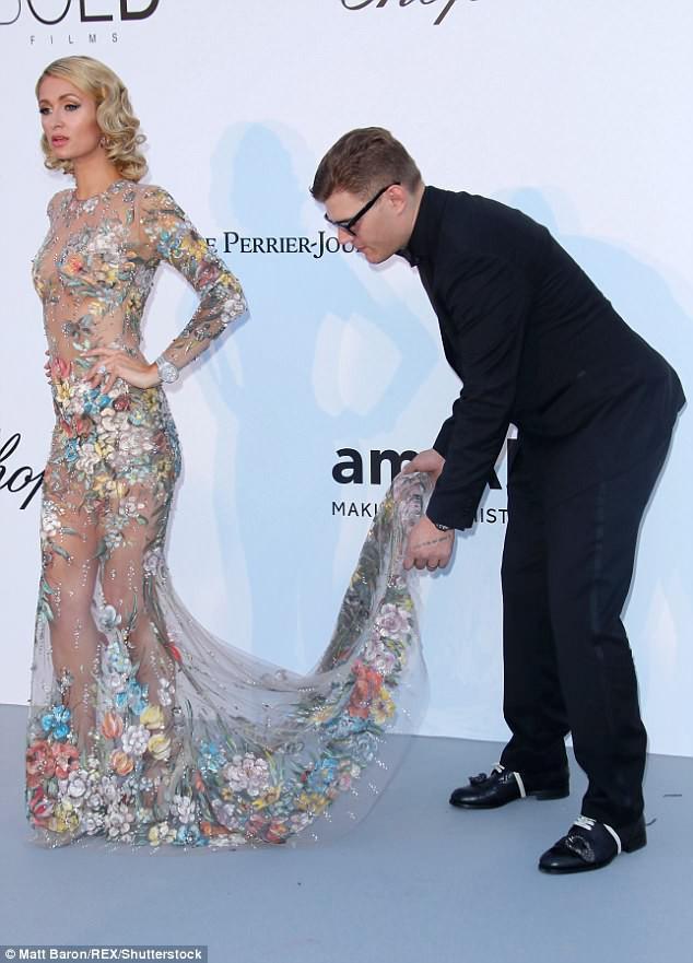 Paris Hilton khiến nhiều người ghen tị khi được hôn phu cúi mình chỉnh váy trên thảm đỏ - ảnh 3