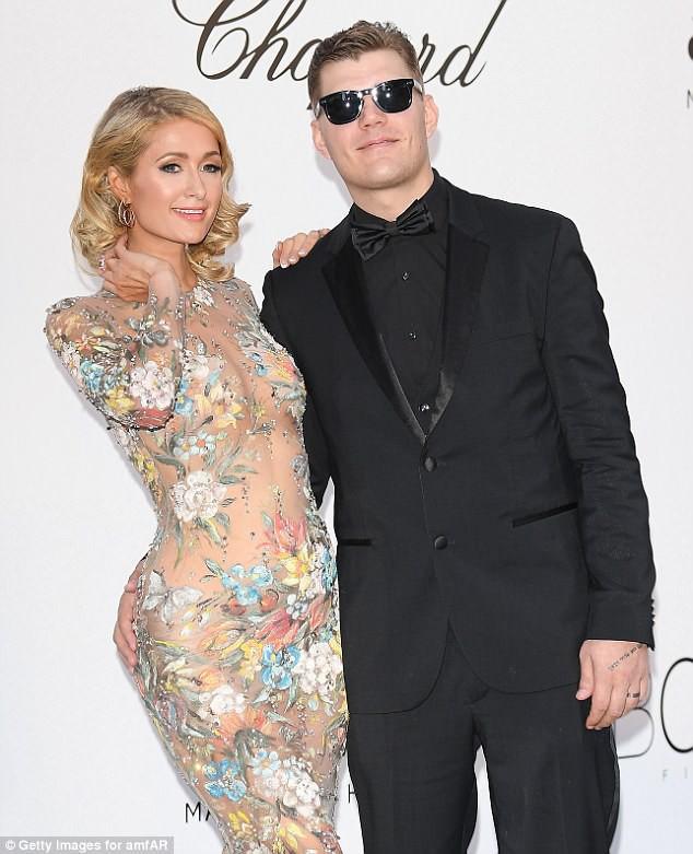 Paris Hilton khiến nhiều người ghen tị khi được hôn phu cúi mình chỉnh váy trên thảm đỏ - ảnh 1