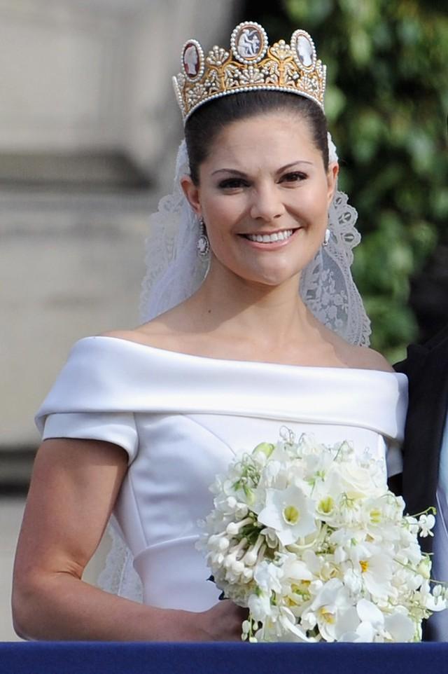 Chiêm ngưỡng lại những chiếc vương miện tinh xảo nhất trong lịch sử đám cưới Hoàng gia trước ngày hôn lễ của Hoàng tử Harry - Ảnh 13.