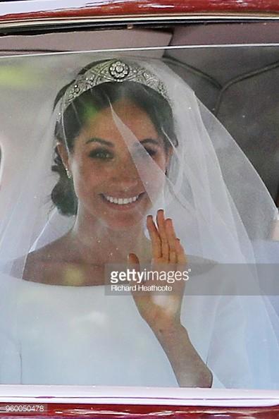 Không phải thiết kế cầu kì, Meghan Markle diện váy cưới đơn giản tinh khôi nhưng vẫn đẹp đến nao lòng - Ảnh 1.