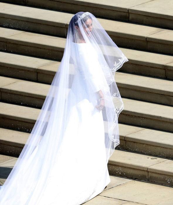 Không phải thiết kế cầu kì, Meghan Markle diện váy cưới đơn giản tinh khôi nhưng vẫn đẹp đến nao lòng - Ảnh 2.