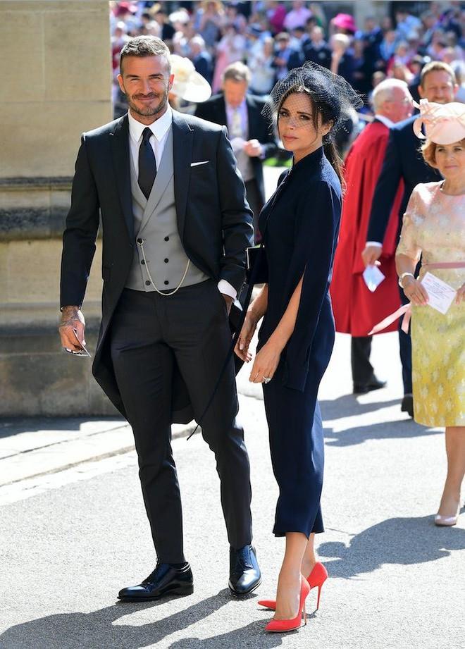 Victoria Beckham kín đáo sang trọng với mạng che mặt, nổi bật nhất dàn khách mời tại đám cưới Hoàng gia - Ảnh 2.