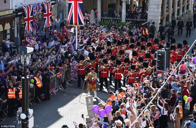 Đám cưới hoàng gia Anh: Hôn lễ kết thúc, cô dâu chú rể trao nhau nụ hôn ngọt ngào trước toàn thể mọi người - Ảnh 25.
