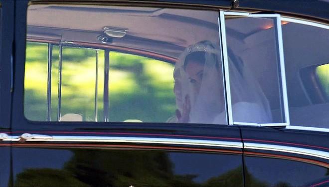 Đám cưới hoàng gia Anh: Hôn lễ kết thúc, cô dâu chú rể trao nhau nụ hôn ngọt ngào trước toàn thể mọi người - Ảnh 27.