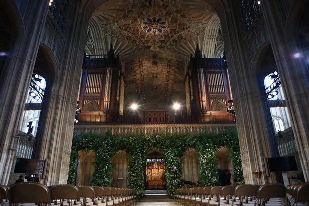 Đám cưới hoàng gia Anh: Hôn lễ kết thúc, cô dâu chú rể trao nhau nụ hôn ngọt ngào trước toàn thể mọi người - Ảnh 4.