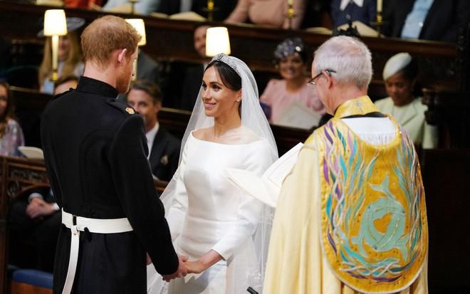 Đám cưới hoàng gia Anh: Hôn lễ kết thúc, cô dâu chú rể trao nhau nụ hôn ngọt ngào trước toàn thể mọi người - Ảnh 47.