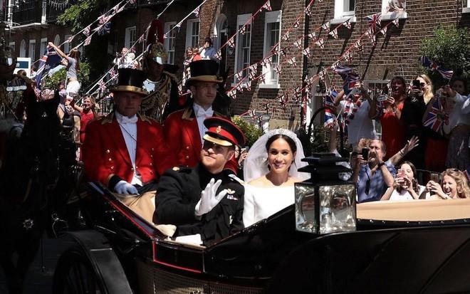 Đám cưới hoàng gia Anh: Hôn lễ kết thúc, cô dâu chú rể trao nhau nụ hôn ngọt ngào trước toàn thể mọi người - Ảnh 57.