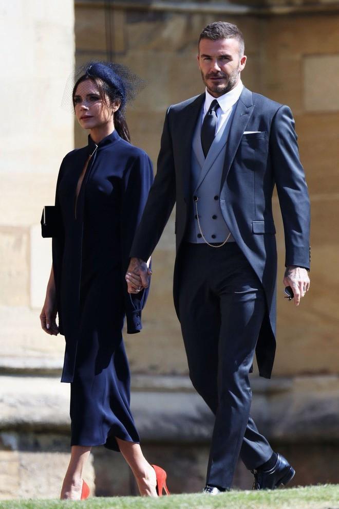 Victoria Beckham kín đáo sang trọng với mạng che mặt, nổi bật nhất dàn khách mời tại đám cưới Hoàng gia - Ảnh 3.