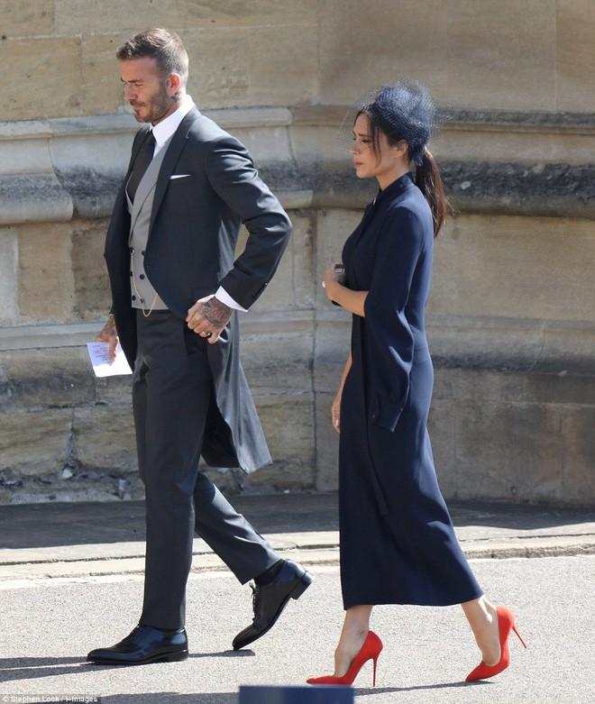 Victoria Beckham kín đáo sang trọng với mạng che mặt, nổi bật nhất dàn khách mời tại đám cưới Hoàng gia - Ảnh 6.