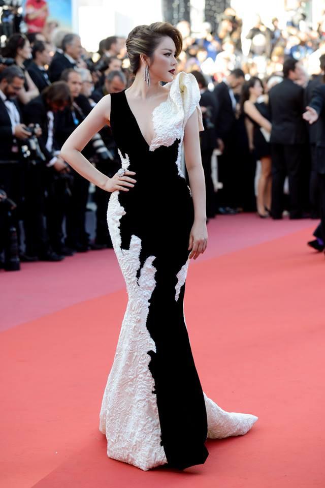 Lý Nhã Kỳ tạm biệt thảm đỏ LHP Cannes 2018 bằng một bộ đầm đen trắng huyền bí đến không tưởng - Ảnh 1.