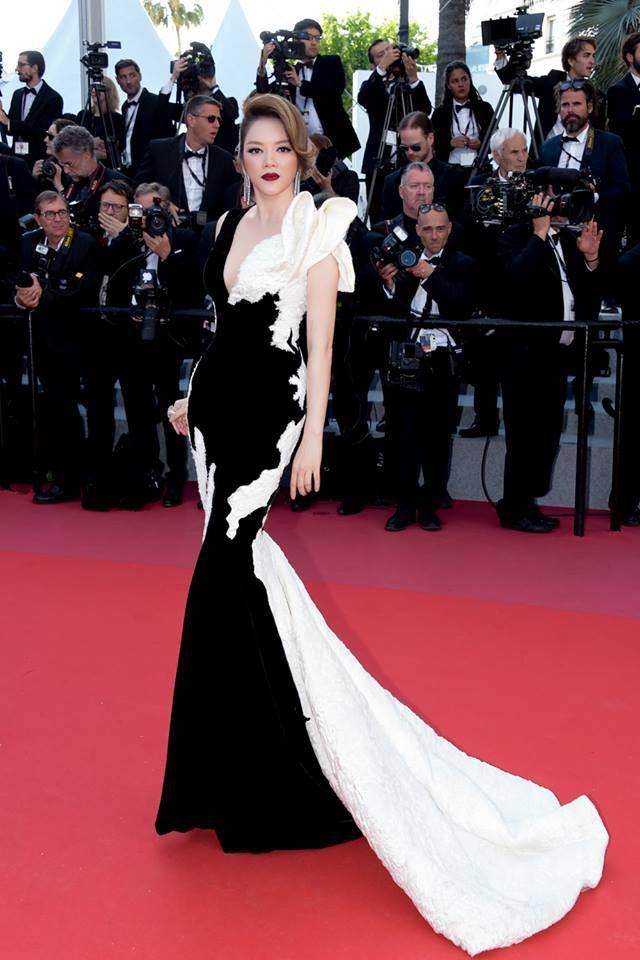 Lý Nhã Kỳ tạm biệt thảm đỏ LHP Cannes 2018 bằng một bộ đầm đen trắng huyền bí đến không tưởng - Ảnh 3.