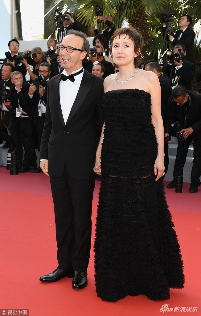 Thảm đỏ Cannes ngày bế mạc: Người nỗ lực diện váy áo xuyên thấu khoe thân, kẻ bị lộ nội y kém duyên  - Ảnh 3.