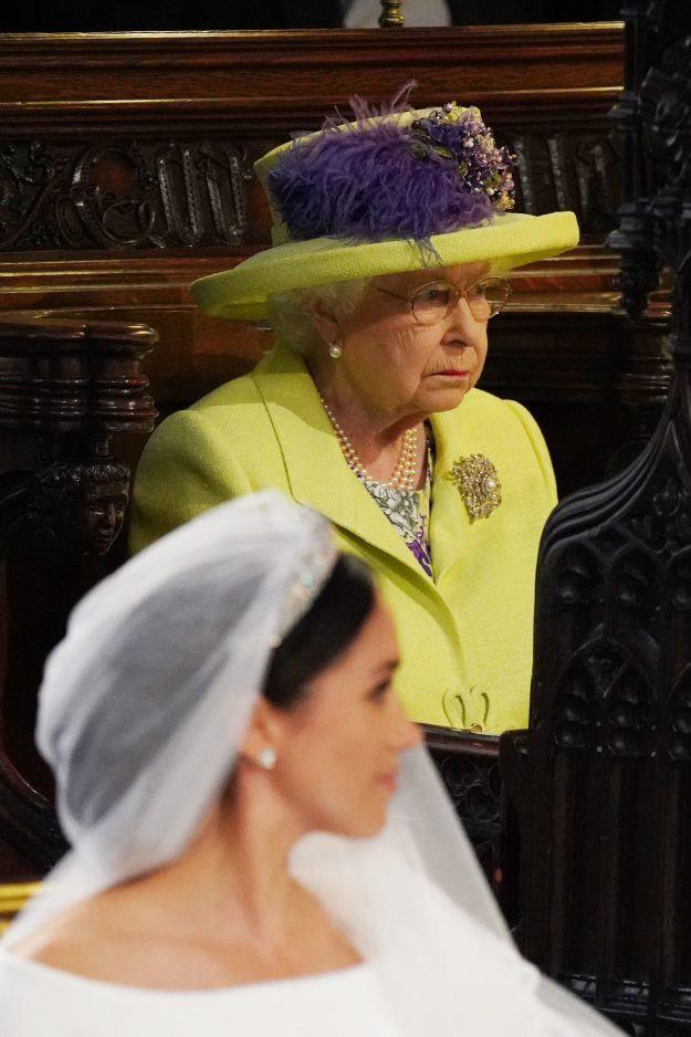 Nếu bạn thắc mắc vì sao Nữ hoàng Elizabeth mặc đồ xanh nõn chuối đến Đám cưới Hoàng gia thì lý do là thế này - Ảnh 3.