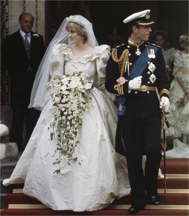 Ít ai biết rằng váy cưới của Công nương Diana từng kém hoàn hảo vì lí do này - Ảnh 1.
