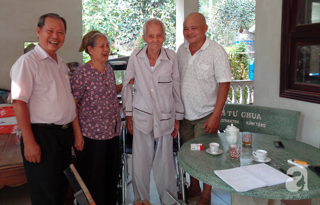 TP.HCM: Cả gia đình ngỡ ngàng khi cụ ông 90 tuổi nằm liệt giường 7 năm, chờ ngày chết bất ngờ... đứng dậy được - Ảnh 1.
