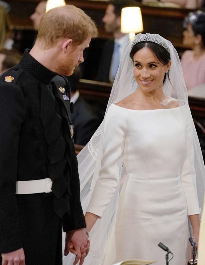 Thật tình cờ và thật bất ngờ, váy cưới của Meghan Markle giống hệt váy Jennifer Lopez mặc từ 17 năm trước - Ảnh 2.