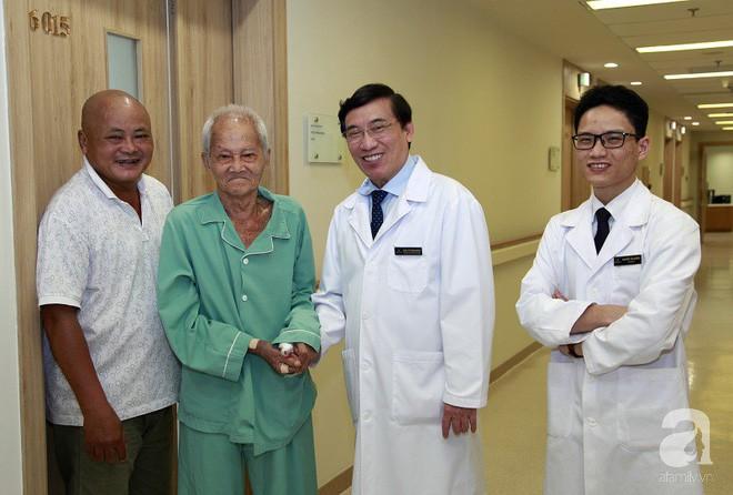 TP.HCM: Cả gia đình ngỡ ngàng khi cụ ông 90 tuổi nằm liệt giường 7 năm, chờ ngày chết bất ngờ... đứng dậy được - Ảnh 3.
