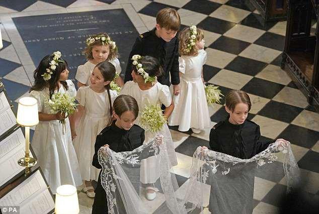 Meghan Markle thiết kế hẳn một chiếc vòng vàng để tặng Kate Middleton với giá trị ít ai đoán được - Ảnh 3.
