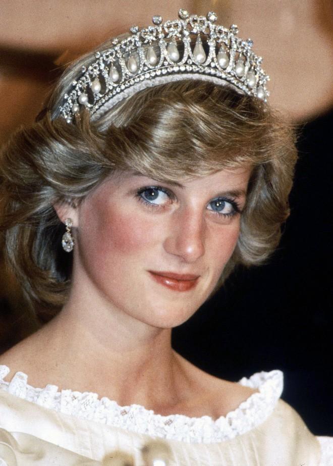 Nhan sắc và khí chất hoàn hảo của cố Công nương Diana trong những khoảnh khắc xưa - Ảnh 2.