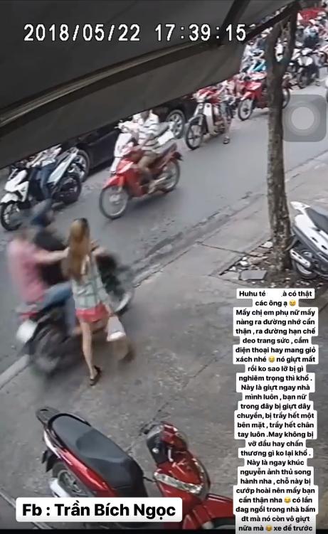 Hai tên cướp đi xe máy táo tợn giật dây chuyền, khiến cô gái ngã sấp mặt trên vỉa hè Sài Gòn - Ảnh 1.