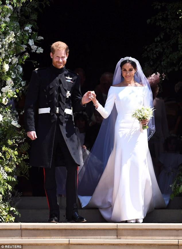 Cả hai mẫu váy cưới của Tân công nương Meghan đều đã có phiên bản bình dân với giá chỉ vài triệu đồng - Ảnh 1.