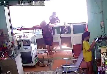 Long An: Kẻ gian táo tợn đấm chủ tiệm ngã ngửa để cướp điện thoại rồi bỏ chạy - ảnh 1