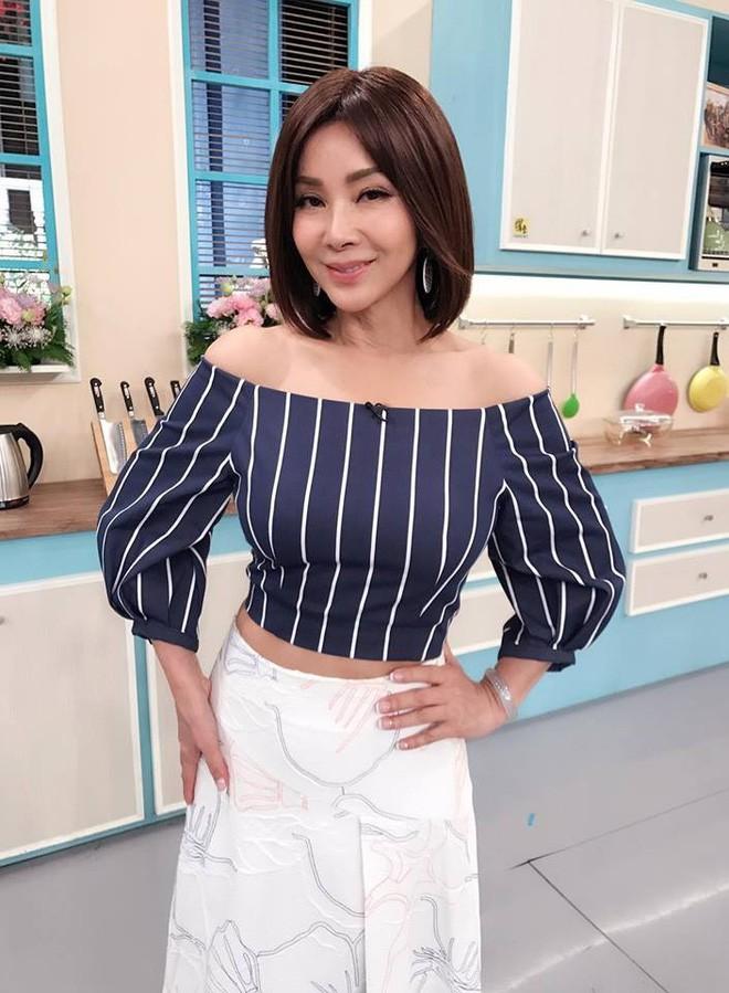 """Ăn mặc gợi cảm lại sở hữu làn da căng bóng, chẳng ai ngờ """"lão bà đẹp nhất Đài Loan"""" năm nay đã 62 tuổi - Ảnh 13."""