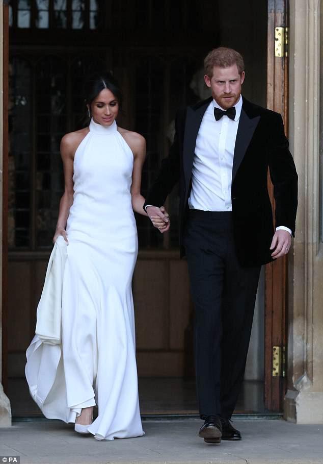 Cả hai mẫu váy cưới của Tân công nương Meghan đều đã có phiên bản bình dân với giá chỉ vài triệu đồng - Ảnh 5.