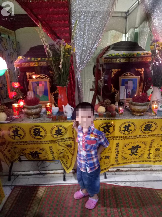 Nghẹn ngào đám tang của cặp vợ chồng giáo viên chết lõa thể, đứa con trai 3 tuổi ngây ngô bên linh cữu gọi bố mẹ - Ảnh 4.