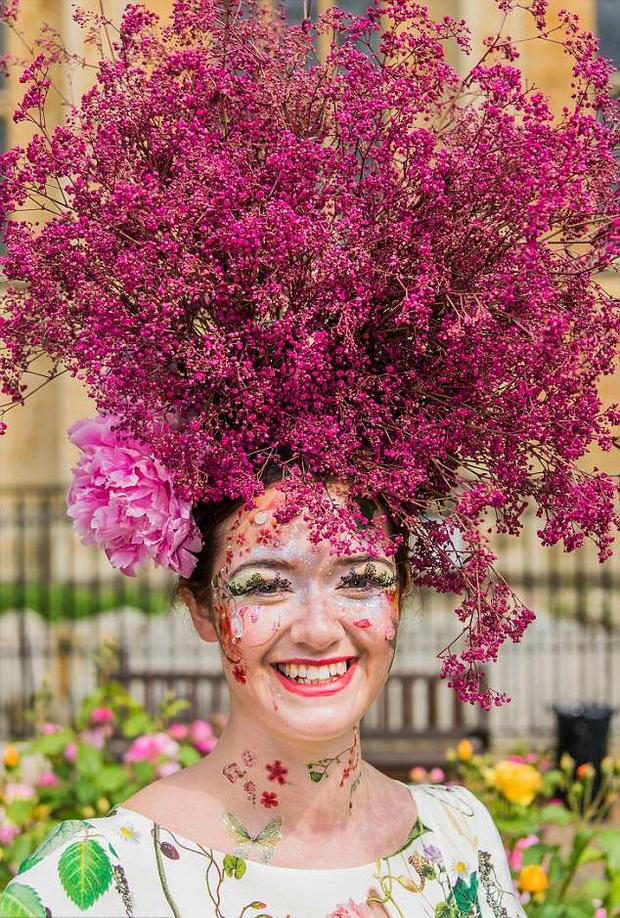 Bộ sưu tập thời trang từ hoa tuyệt đẹp của các nhà thiết kế Hoàng gia Anh - Ảnh 4.