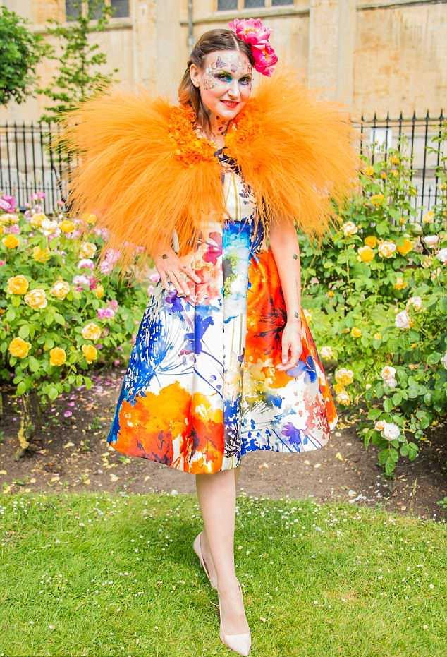 Bộ sưu tập thời trang từ hoa tuyệt đẹp của các nhà thiết kế Hoàng gia Anh - Ảnh 3.