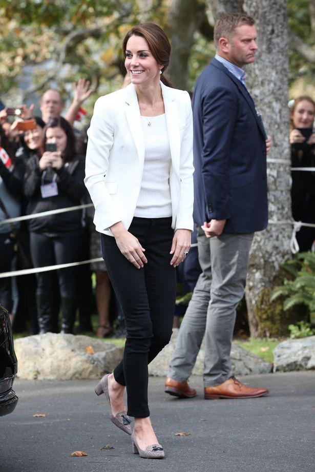Lần đầu lộ diện sau đám cưới hoàng gia, Kate Middleton chọn đầm Zara cùng túi tote vô cùng thoải mái  - Ảnh 9.