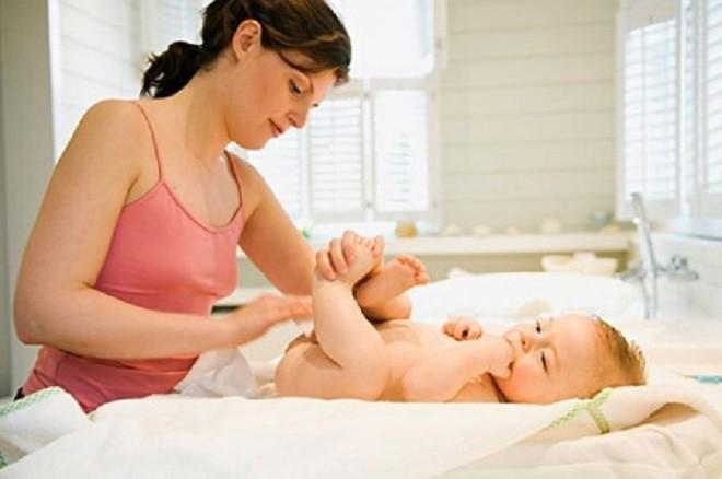 Vệ sinh vùng kín cho trẻ sơ sinh: Việc làm thiết yếu mà không phải ai cũng biết thực hiện đúng cách - Ảnh 2.
