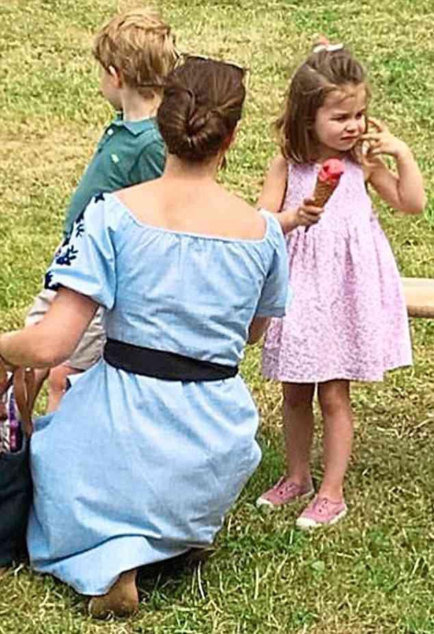 Công nương Kate tiếp tục ghi điểm khi xuất hiện cùng 2 con sau đám cưới hoàng gia - Ảnh 2.