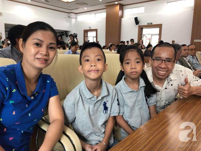 Người anh của cặp song sinh Việt - Đức dẫn vợ con gặp lại người bố tái sinh mình trong ca mổ chấn động thế giới 30 năm trước - Ảnh 1.