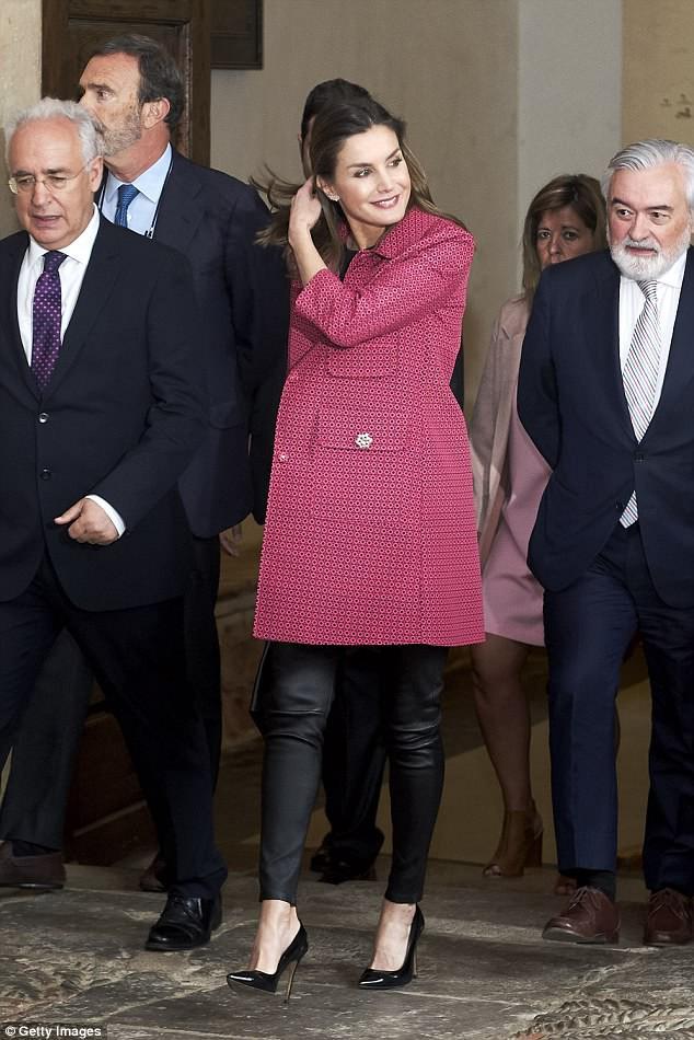Legging da kén dáng, nhưng nhìn cách Hoàng hậu Letizia ở độ tuổi U50 mà vẫn diện đẹp mới thấy đẳng cấp làm sao - Ảnh 2.