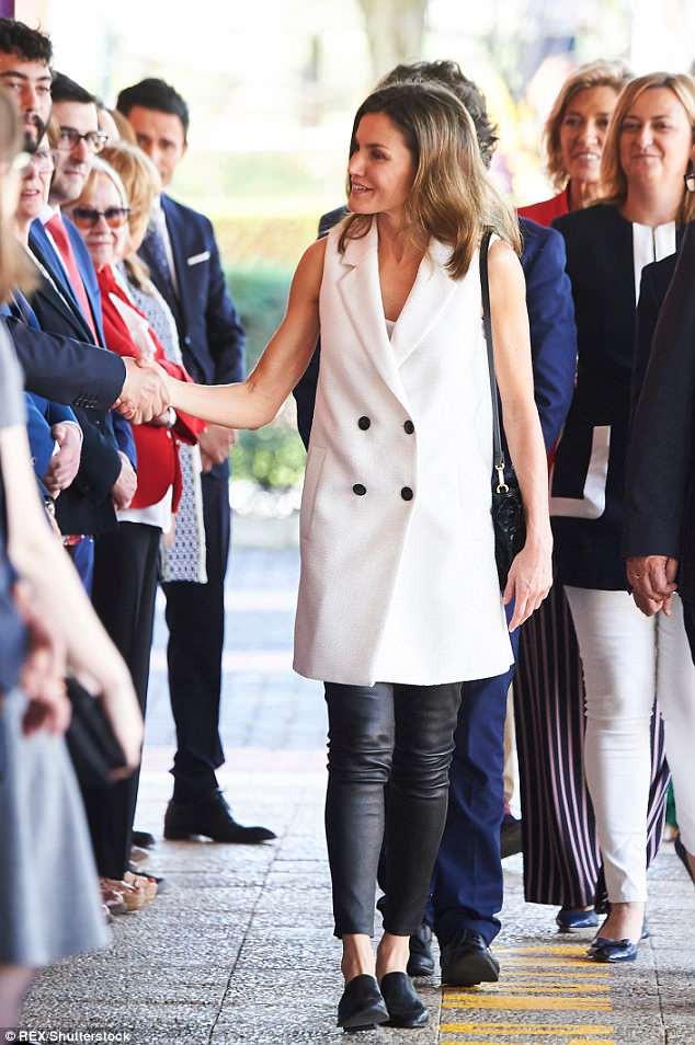 Legging da kén dáng, nhưng nhìn cách Hoàng hậu Letizia ở độ tuổi U50 mà vẫn diện đẹp mới thấy đẳng cấp làm sao - Ảnh 4.