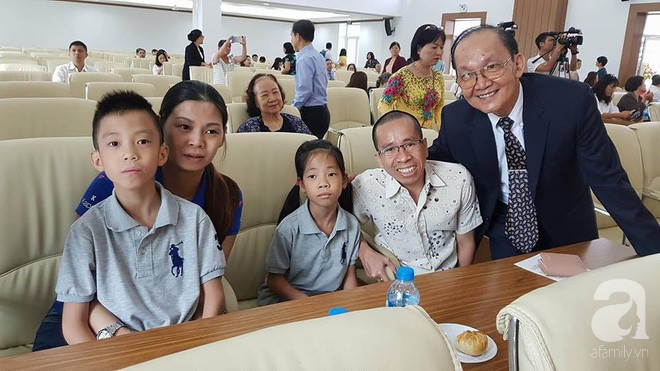 Người anh của cặp song sinh Việt - Đức dẫn vợ con gặp lại người bố tái sinh mình trong ca mổ chấn động thế giới 30 năm trước - Ảnh 2.