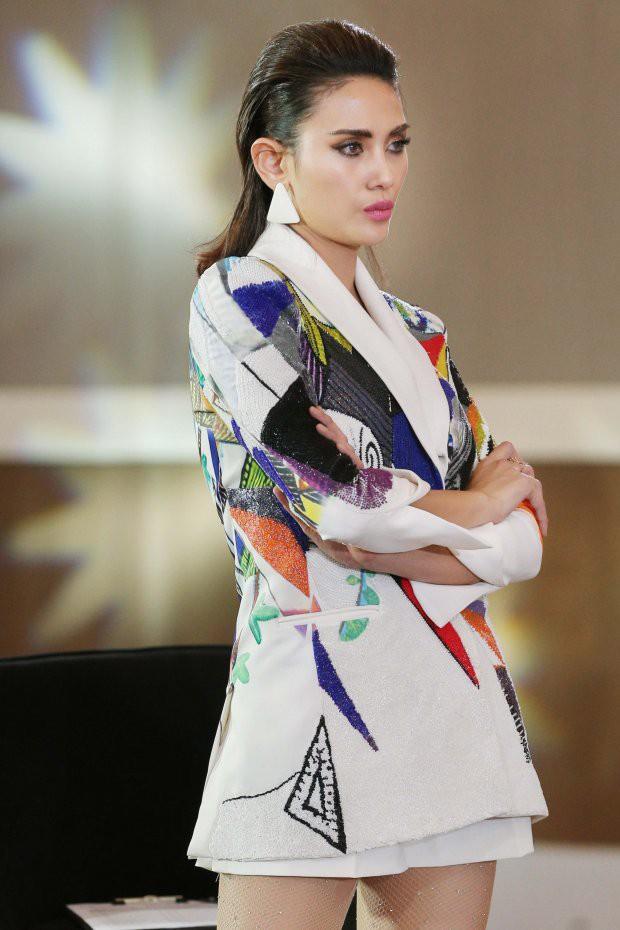 Nhìn lại loạt trang phục chặt chém của Võ Hoàng Yến khi trong vị trí cầm cân nảy mực ở các cuộc thi - Ảnh 11.