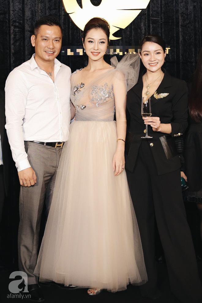 Gái 3 con Jennifer Phạm xinh như công chúa khi được chồng tháp tùng đi sự kiện - Ảnh 2.