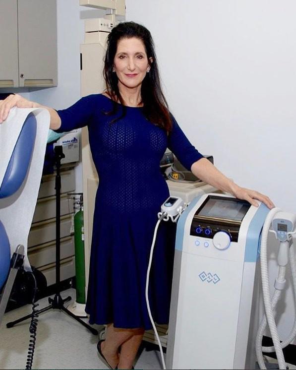 Đã 43 tuổi mà vẫn trẻ trung, hóa ra Angelina Jolie chỉ nhờ cậy đến những bí kíp dưỡng da đơn giản này - Ảnh 2.