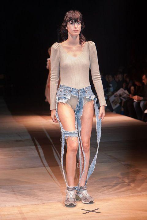 Chiếc quần jeans nát bươm, mặc cũng như không này có giá đến 4 triệu đồng và là thứ đang được các tín đồ thời trang săn lùng - Ảnh 7.